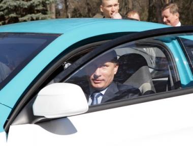 بوتين يجرب أحدث سيارة هجينية روسية