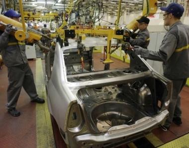 بوتين يقترح تمديد العمل ببرنامج استبدال سيارات الركاب القديمة بالجديدة حتى نهاية العام الحالي