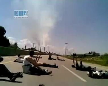 شباب مدينة بانياس السورية يواجهون الدبابات بصدور عارية