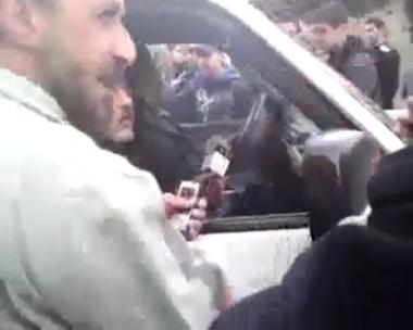 متظاهرون يمنعون التلفزيون السوري من دخول