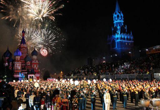 موسكو تحيي عيد النصر بـ4.5 الف إطلاقة مدفع وسهم ناري