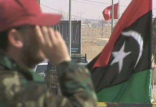 أكثر من 100 جندي من قوات القذافي يسلمون أنفسهم للجيش التونسي