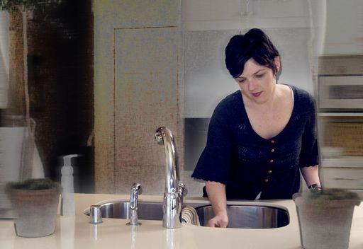 فتاة تعرض ممارسة أعمال التنظيف عارية .. او تقريباً