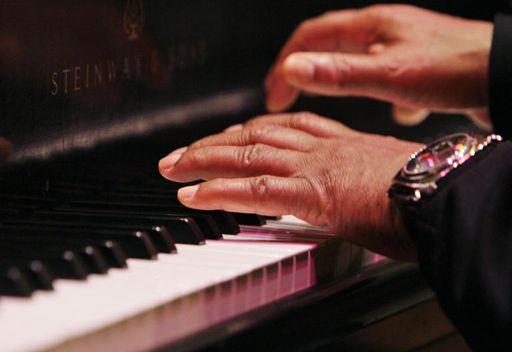 لبناني يعزف البيانو في كنيسة فرنسية أملاً باستعادة ابنته