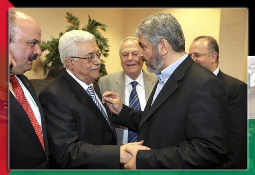 صورة من الأرشيف محمود عباس وخالد مشعل عقب التوقيع على المصالحة في القاهرة