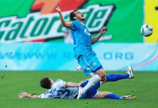 لاعب دينامو لوك ويلشير في الاسفل ولاعب زينيت دانكو لازوفيتش