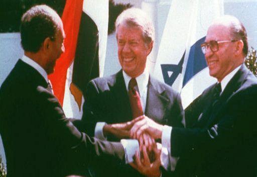 الرئيس الأمريكي جيمي كارتر، والرئيس المصري أنور السادات، ورئيس الوزراء الإسرائيلي مناحيم بيغين بعد التوقيع على معاهدة السلام بين مصر واسرائيل