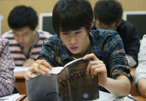 بروفيسور صيني يستهل العام الدراسي بجرة ماء وحجارة