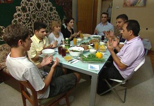 الإفطار الجماعي.. معلم مميز لشهر رمضان المبارك