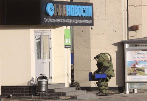 تفتيش العلبة المشبوهة عند مدخل مبنى وكالة