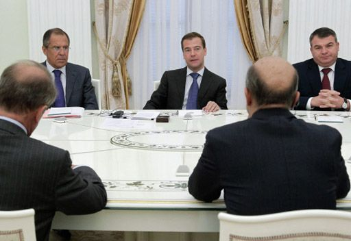 مدفيديف يناقش مواضيع التعاون مع الناتو ومسألة منظومة الدرع الصاروخية مع وزراء خارجية ودفاع روسيا وفرنسا