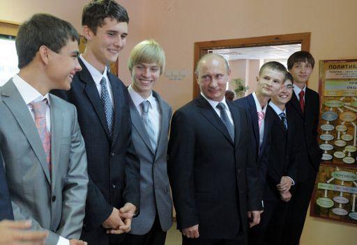 رئيس الوزراء الروسي فلاديمير بوتين مع تلاميذ احدى المدارس بضواحي موسكو