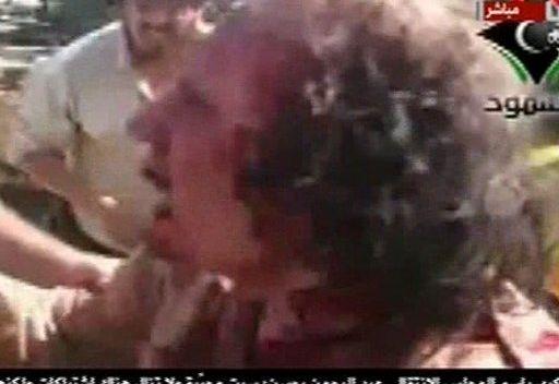 صورة تظهر القذافي حيا لحظة اعتقاله