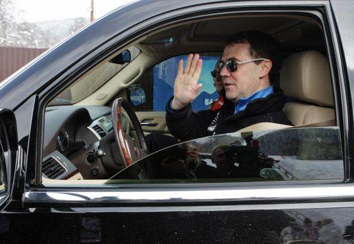 الرئيس الروسي يقود سيارته بنفسه