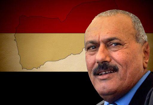 علي عبدالله صالح يوقع المبادرة الخليجية لنقل السلطة في اليمن