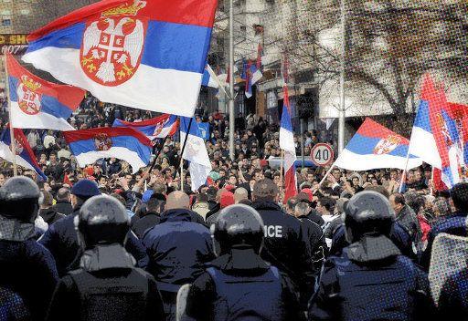 قوات الناتو تطلق الغاز المسيل للدموع على محتجين صرب في كوسوفو