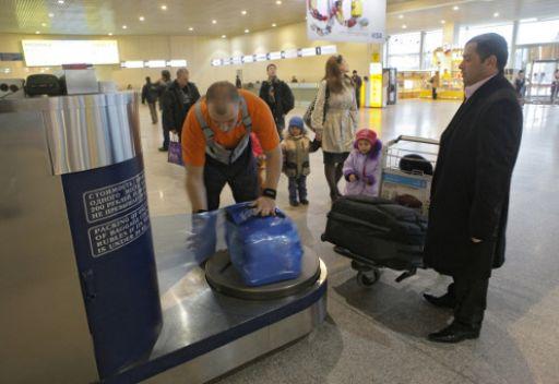 المسافرون في احد مطارات  موسكو  يستنشقون روائح عطرة