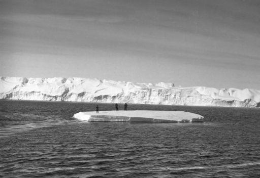تفاقم وضع السفينة الروسي المنكوبة في منطقة القطب الجنوبي بسبب كثافة الجليد