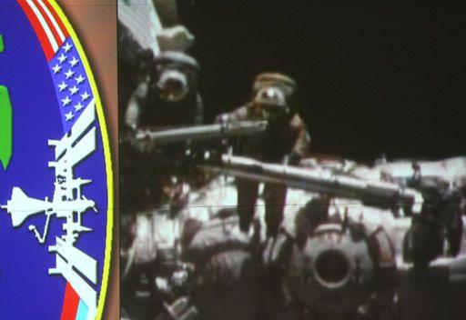 رائدا فضاء روسيان يخرجان الى الفضاء المكشوف