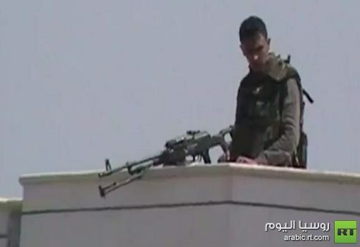 فيديو يظهر تمركز احد افراد الجيش السوري على سطح مبنى