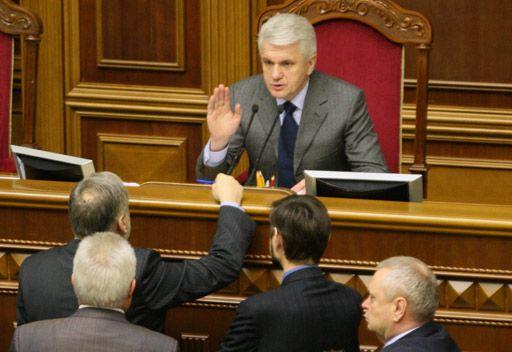البرلمان الأوكراني يرفض تلبية طلب رئيسه بالاستقالة