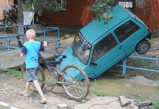 بوتين يتفقد أعمال إزالة آثار الفيضان في جنوب روسيا
