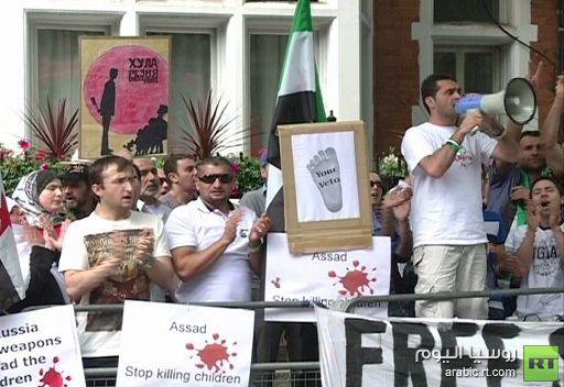 سوريون يحتجون أمام السفارة الروسية في لندن