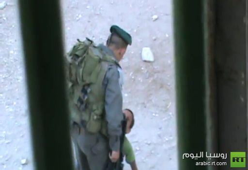 فيديو يظهر جنديين إسرائيليين يضربان طفلا فلسطينيا