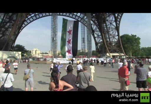 علم كبير للثورة السورية على برج إيفل