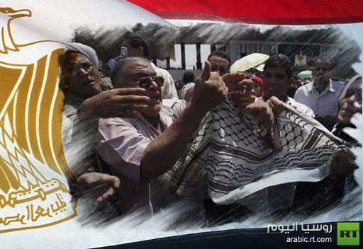 مصريون يمزقون الكوفية الفلسطينية تعبيراً عن حزنهم على ضحايا