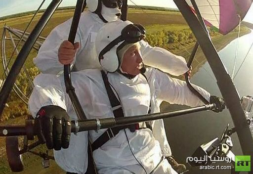 الرئيس الروسي بوتين يحلق في الجو مع سرب من الغرانق