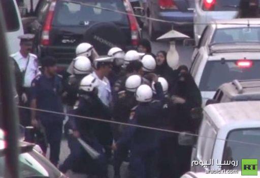 اعتقال أمرأة من قبل الشرطة في البحرين
