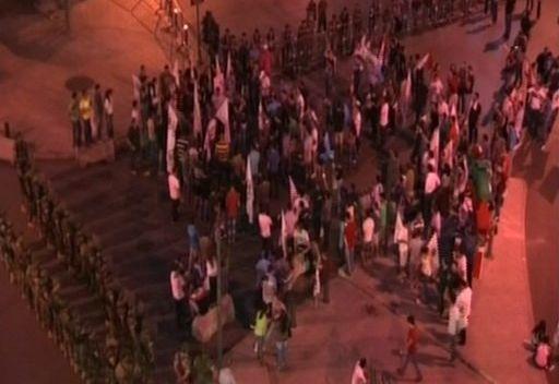 أنصار قوى 14 آذار يعتصمون في وسط بيروت مطالبين باستقالة ميقاتي