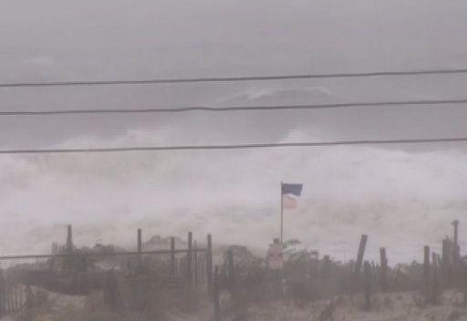 فيديو وصور متنوعة لإعصار