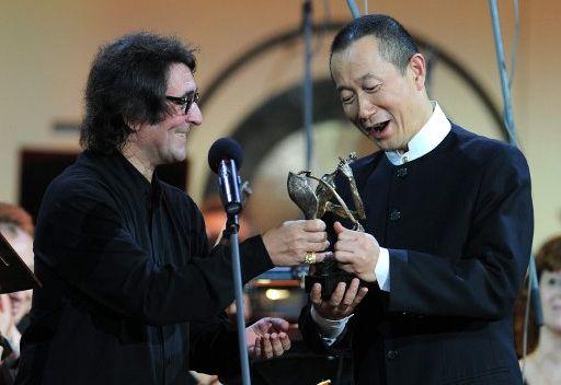 تسليم جائزة دميتري شوستاكوفيتش الى الملحن وقائد الاوركسترا الصيني تان دونغ
