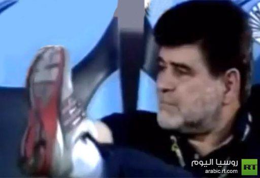 مدرب في الدوري الإماراتي يرفع قدمه للجماهير ويثير جدلا كبيرا