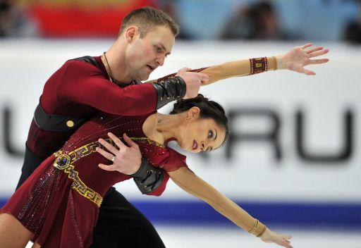 الثنائي الروسي بازاروفا ولاريونوف يفوزان بذهبية غران بري للتزلج الإيقاعي على الجليد