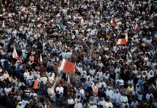 آلاف من انصار المعارضة البحرينية يخرجون في مسيرة بالقرب من المنامة