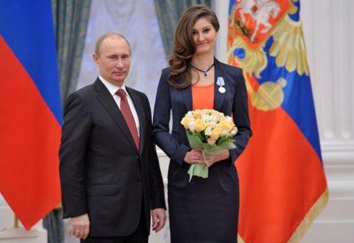 بوتين يقلد ثلاثة صحفيين روس