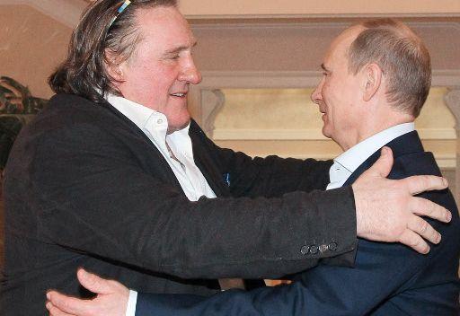 الرئيس بوتين يسلم جيرار ديبارديه الجواز الروسي