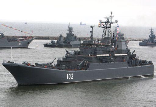 سفن الانزال الروسية تتزود بالمعدات الحربية وتتوجه نحو ميناء طرطوس