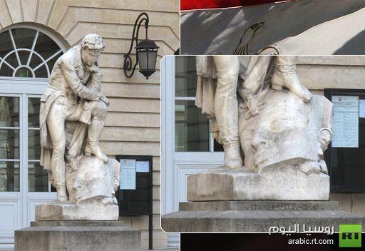 مصر تحتج على تمثال لشامبليون واضعا قدمه فوق رأس ملك فرعوني