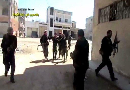 بالفيديو.. اسر جنود للجيش السوري خلال المعارك في حي جوبر بحمص