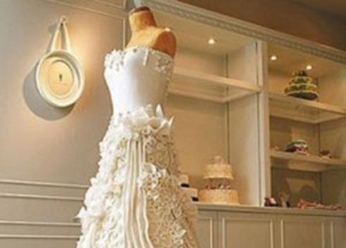 طفلة تستوحي فكرة قالب حلوى من فستان زفاف والدتها