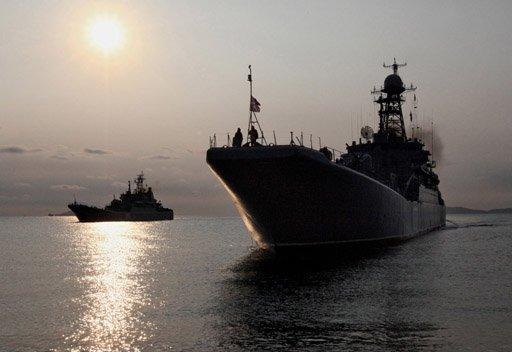 سفينة حربية روسية ترافق قافلة سفن تجارية في خليج عدن