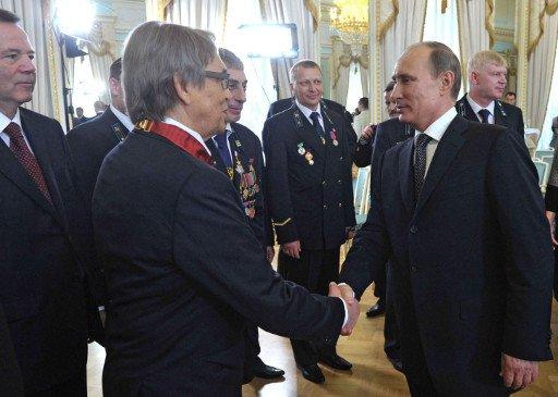 بوتين يعيد تقليدا سوفيتيا ويكرم خمسة روس بلقب بطل العمل