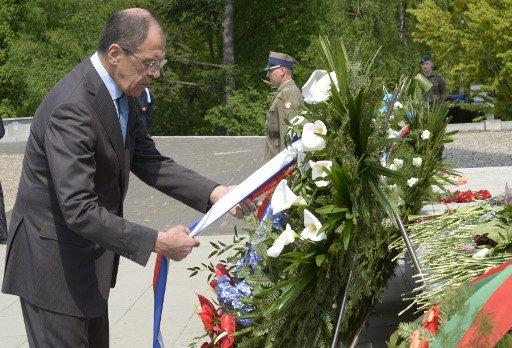 لافروف يبدا زيارة بولندا بوضع اكليل من الزهور عند نصب الجنود السوفييت