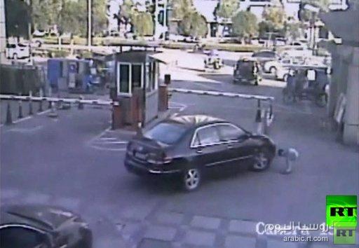 بالفيديو .. سيارة تدهس طفلا صينيا في موقف سيارات
