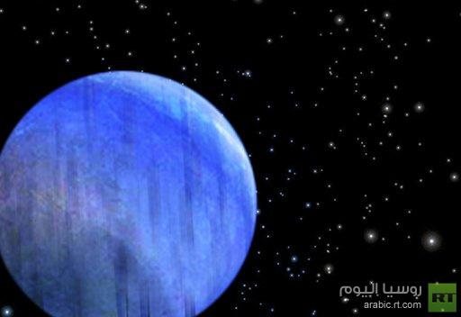 كوكب ازرق لامع يمطر زجاجا