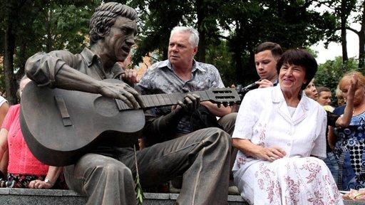 تدشين تمثال للشاعر فلاديمير فيسوتسكي في مدينة فلاديفوستوك الروسية